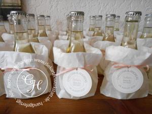 Hochzeits-Gastgeschenk mit Weinflasche und personalisiertem Etikett