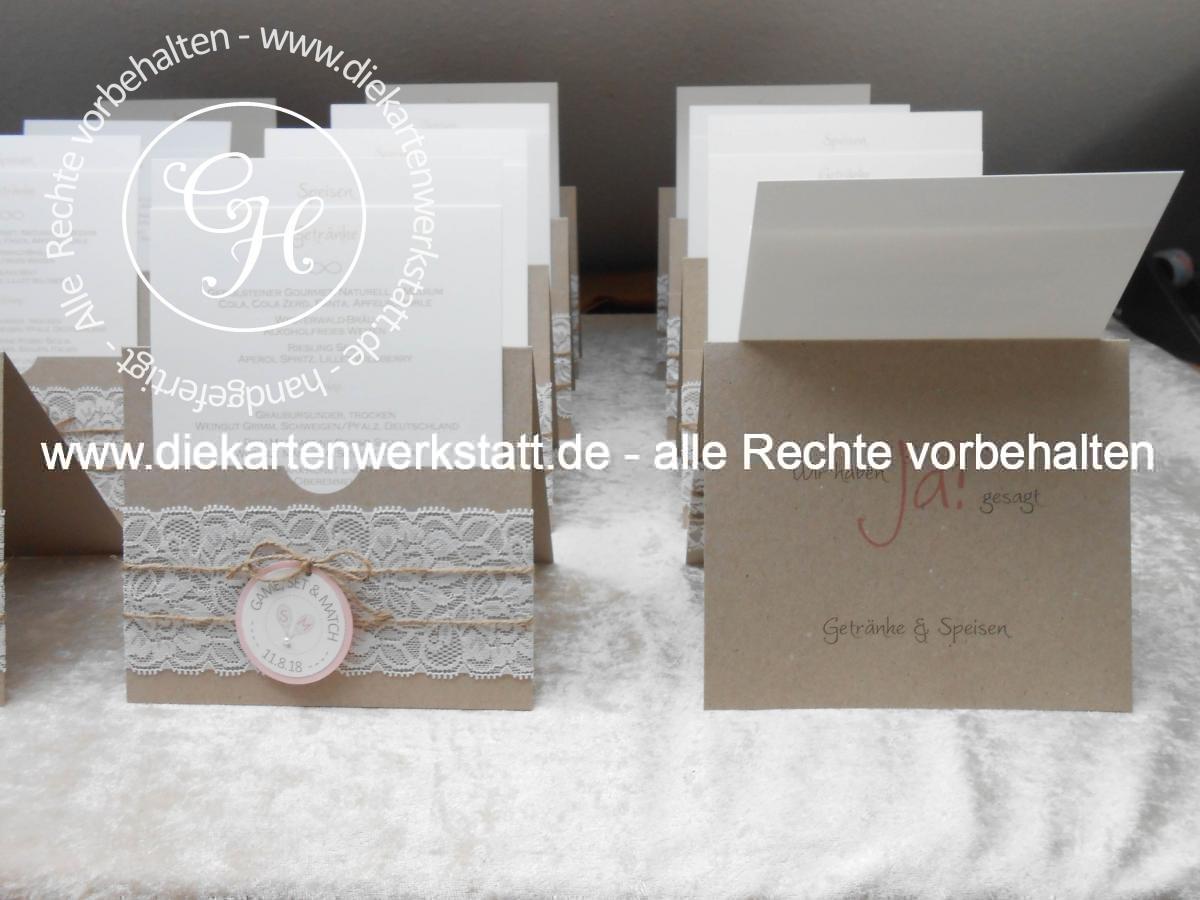 Hochzeitsmenükarte in Taschenform aus Kraftkarton mit Spitze und rundem Etikett