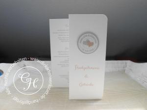 Hochzeits-Menükarte in Z-Form mit rundem, personalisiertem Emblem - schlicht und elegant