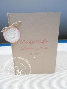 Hochzeits-Menükarte aus Kraftkarton mit rundem Emblem und Kordel