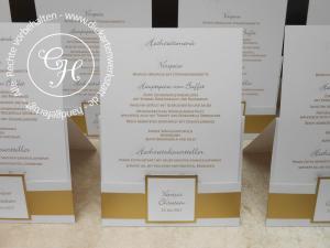Hochzeitsmenükarte in Taschenform mit Gold und quadratischem Emblem