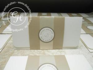 Einladung DL mit taupe metallic Banderole, feinem Satinband und rundem Emblem - edel und gediegen