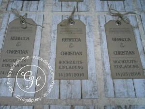 Hochzeitseinladung im Landhaus-Stil mit Ösenanhänger und Holzpapier
