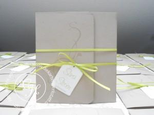 Hochzeitseinladung zweifach gefaltet mit grünem Bändchen und Anhänger