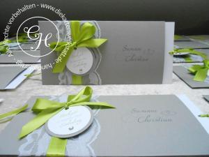 Hochzeitseinladung ausziehbar taupe mit großer Schleife in maigrün und rundem Emblem