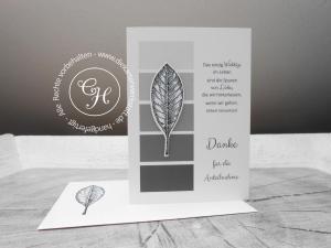 Trauerdankeskarte hochkant, naturelle mit Graustufen und Blatt mit passend bestempeltem Umschlag