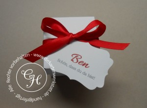 Gastgeschenk-Karton mit roter Satinband-Schleife